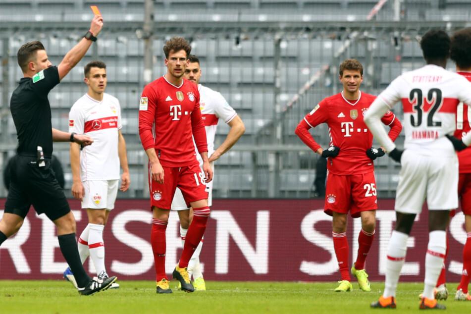 Schiedsrichter Daniel Schlager zeigt Münchens Abwehrspieler Alphonso Davies die Rote Karte.