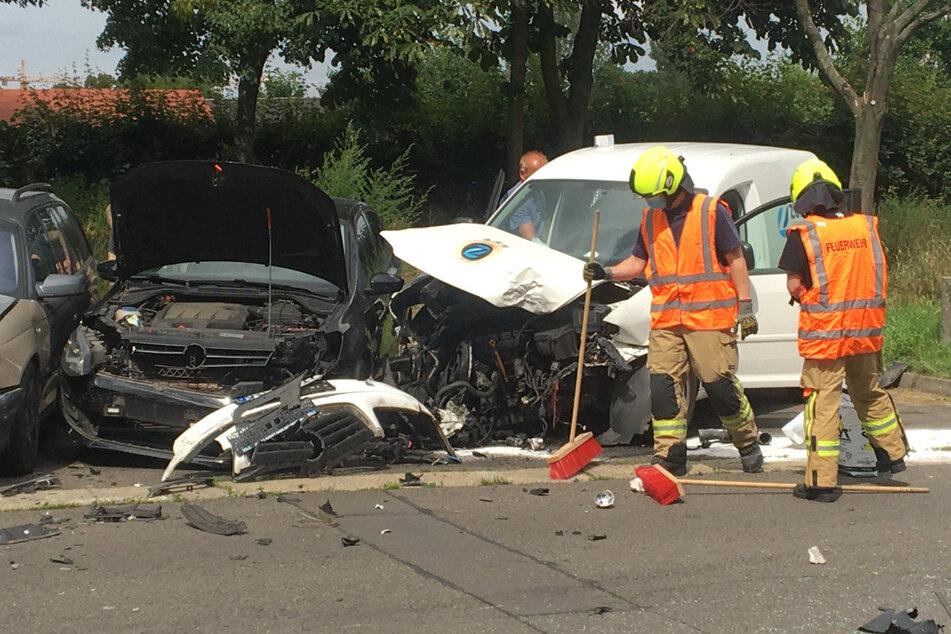Mehrere parkende Autos erlitten ebenfalls einen großen Schaden.