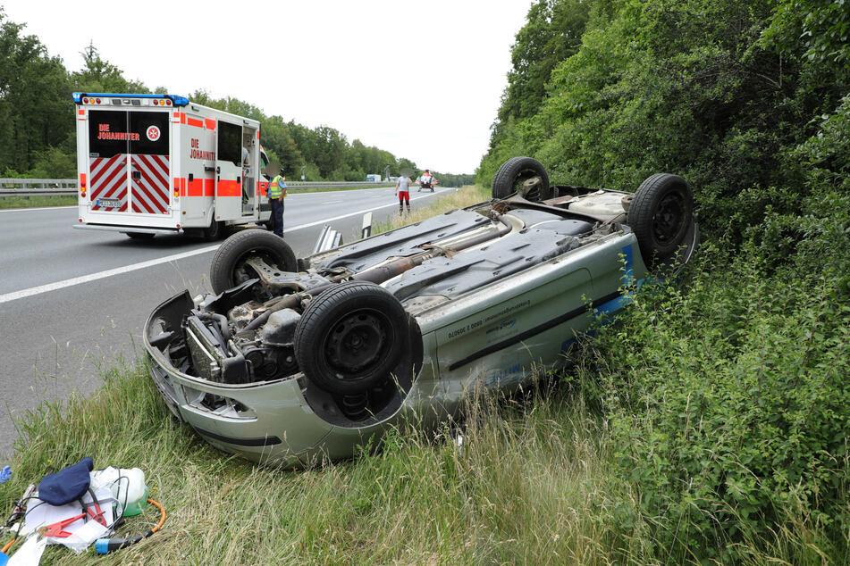 Schwerer Unfall auf der A4 bei Berbersdorf: Ein VW-Fahrer krachte gegen die Mittelleitplanke und landete anschließend auf dem Dach.