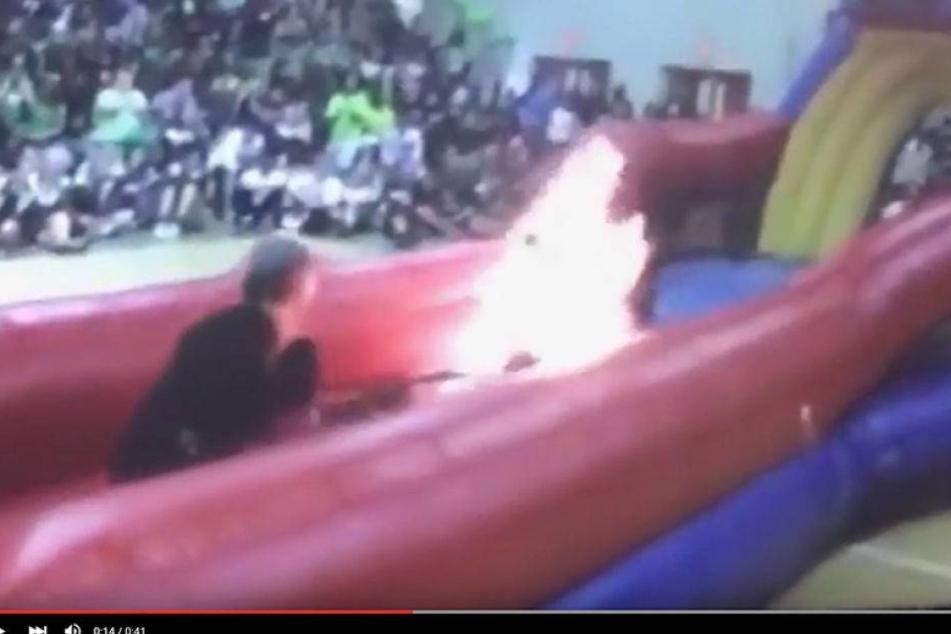 Horror: Feuerschlucker geht in Schulturnhalle in Flammen auf