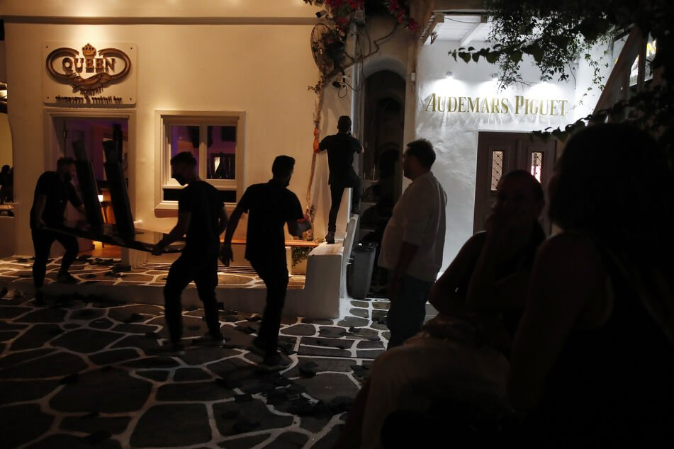 Arbeiter schließen um Mitternacht eine Bar auf der Ägäisinsel Mykonos.