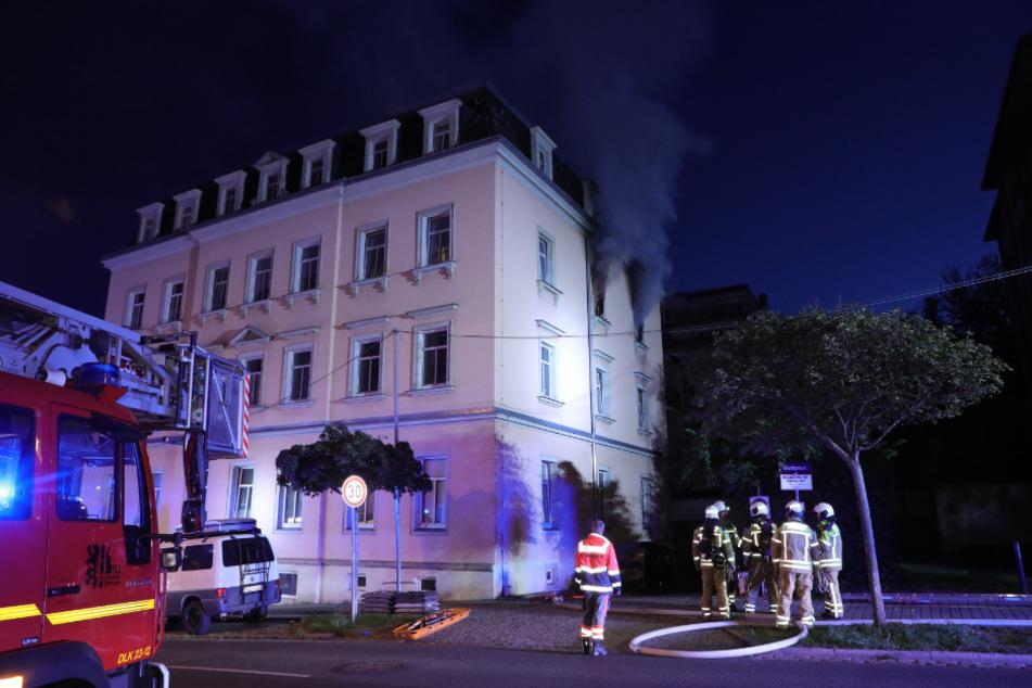 Nach einiger Zeit griffen die Flammen von der Wohnung auf das Dach über.