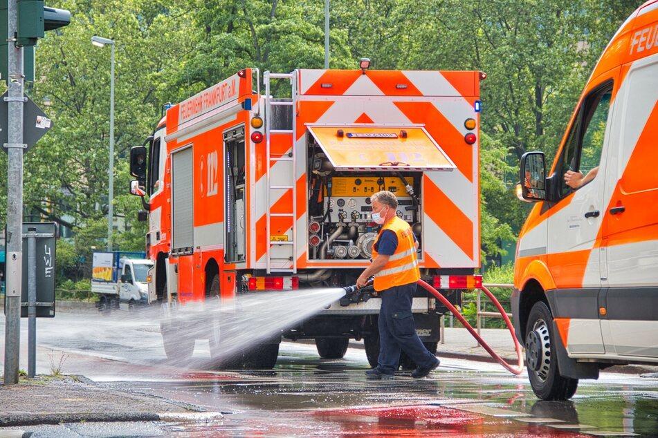 Die etwa fünf Kilometer lange Apfelsirup-Spur wurde von der Feuerwehr mit Wasser entfernt.