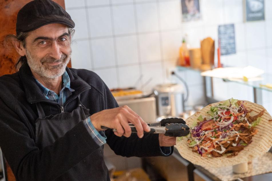 "Ayhan Akbal, Inhaber des veganen Imbisses ""Vegöner""."
