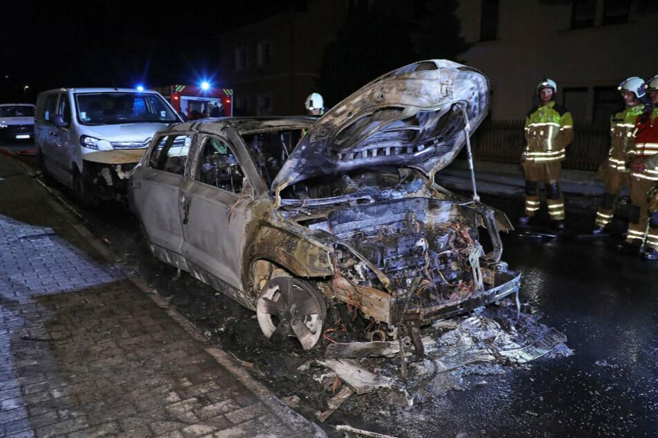Totalschaden: Der Skoda brannte komplett aus. Zwei weitere Fahrzeuge wurden beschädigt.