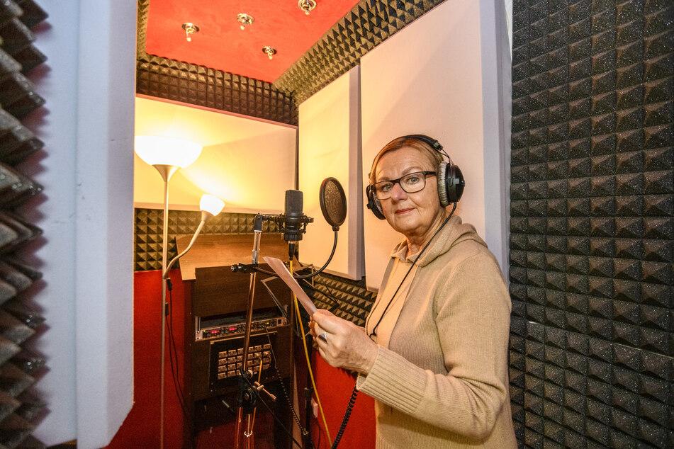 Schauspielerin Christine Gabsch vom Theater Chemnitz bei der Aufnahme in der Sprechkabine.