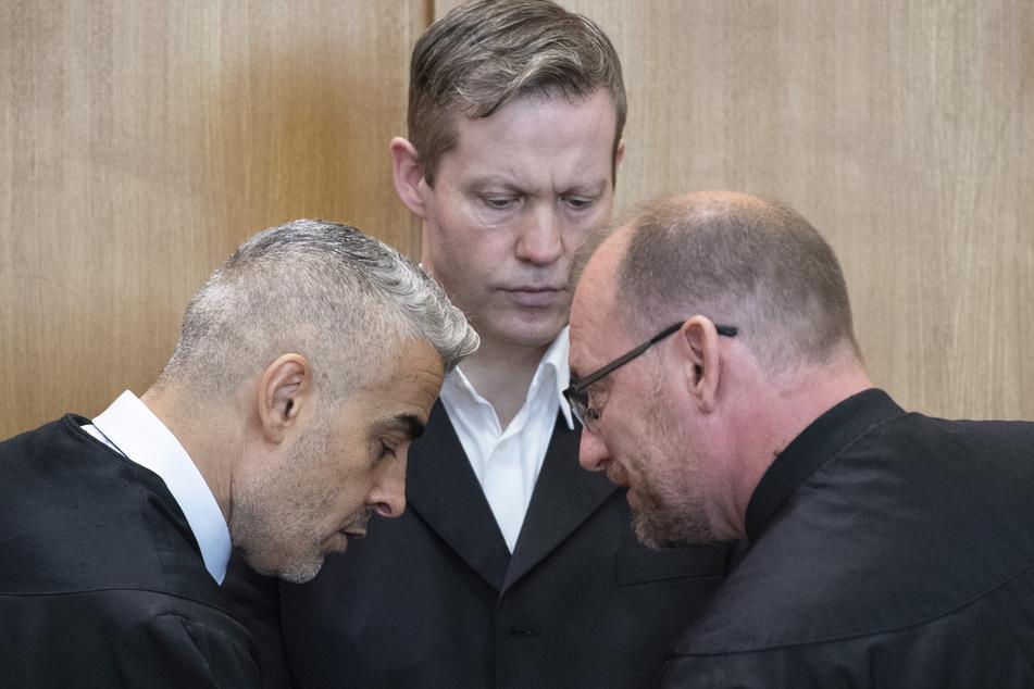 Der Hauptangeklagte Stephan Ernst (M.) steht vor Verhandlungsbeginn zwischen seinen Verteidigern Mustafa Kaplan (l.) und Jörg Hardies.