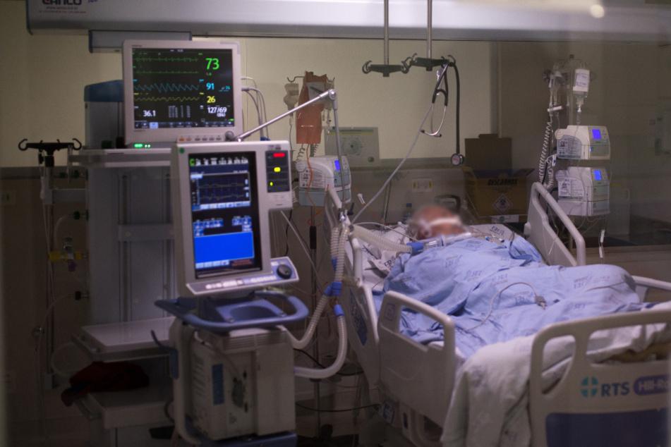 Ein Covid-19-Patient liegt auf einer Intensivstation. (Archivbild)