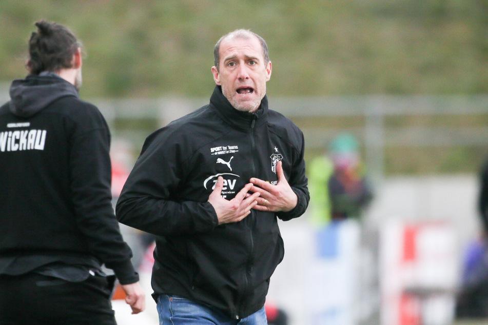 FSV-Coach Joe Enochs hoffte vergebens auf ein vorzeitiges Weihnachtsgeschenk - mit einer Pleite im letzten Punktspiel des Jahres war er unzufrieden.