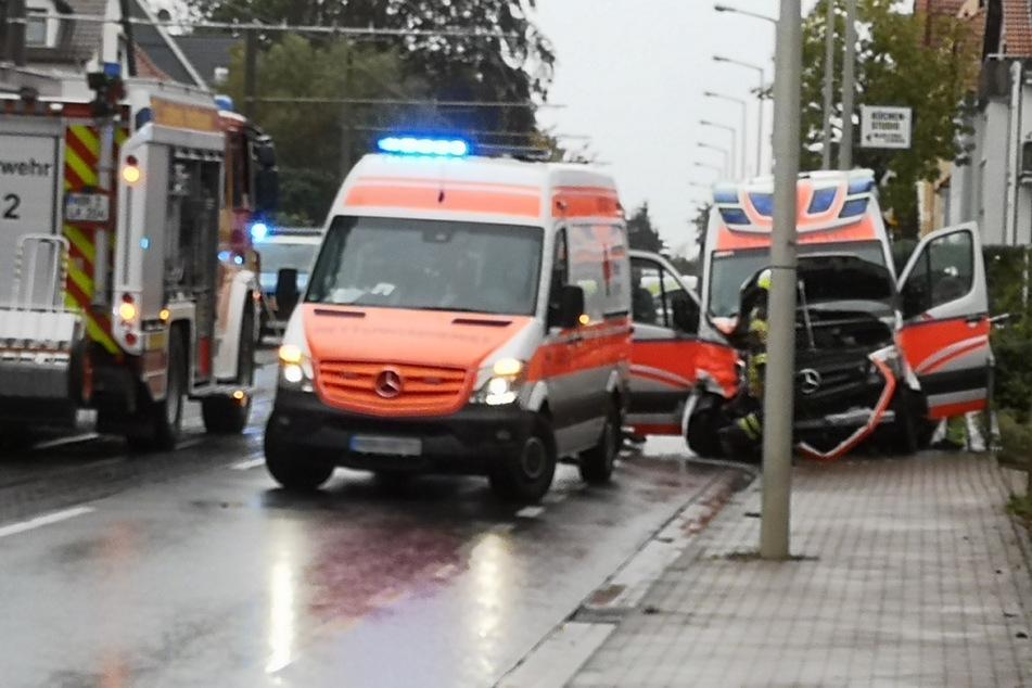 Blaulicht und Sirene waren an: Rettungswagen kracht mit Transporter zusammen
