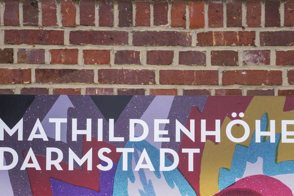 Dieses künstlerisch gestaltete Plakat hängt zurzeit auf der Darmstädter Mathildenhöhe.