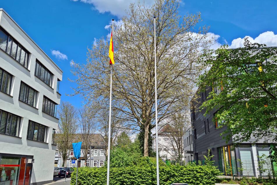 Am rechten Fahnenmast hatte die Stadt Solingen eine israelische Flagge gehisst. Diese wurde in der Nacht zu Donnerstag in Brand gesetzt.