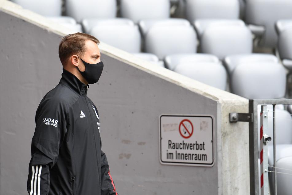 Münchens Torwart Manuel Neuer betritt mit Mundschutz das Stadion. Dieser und andere Profis werden beim Pokalfinale am Samstag nicht mit den Fans feiern können.