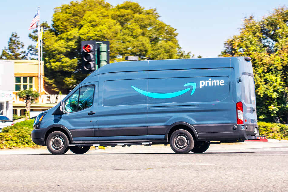 An Amazon delivery man made a disgusting misstep (iconic image).