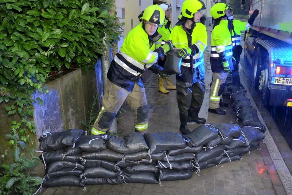 """Die Feuerwehr verteilte am Morgen Sandsäcke. Nach TAG24-Informationen wurde im Bereich """"Alte Papierfabrik"""" eine Sandsackfüllmaschine aufgestellt und im Dauerbetrieb genutzt."""