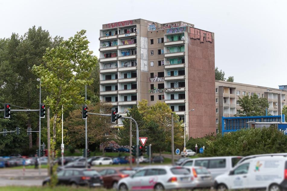 Kein schöner Anblick: Der alte Plattenbau an der Zwickauer Straße/Ecke Reichsstraße ist ein hässlicher Blickfang. Seit Jahren steht das Gebäude leer.