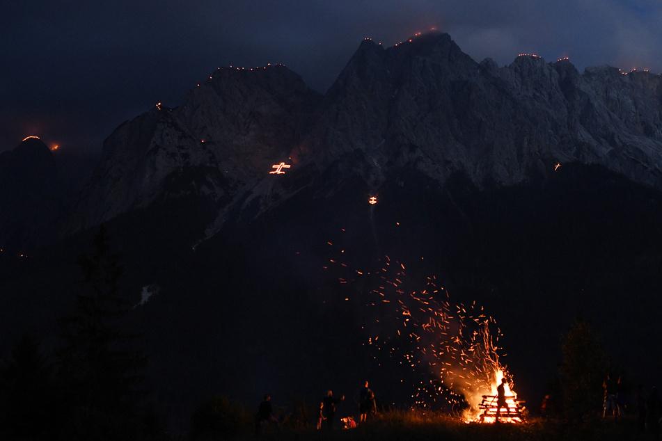 Johannifeuer brennen am Vorabend des Johannitages auf den Gipfeln des Wettersteingebirges. (Archiv)