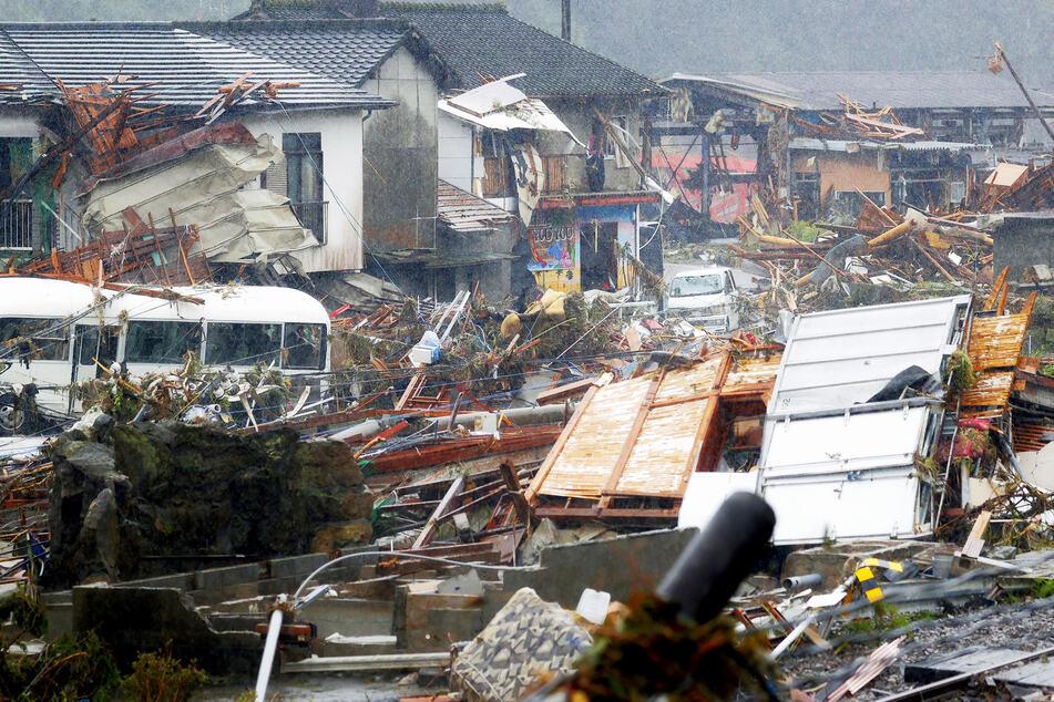 Trümmer in einem Wohngebiet in dem von der Flut verwüsteten Dorf Kuma.