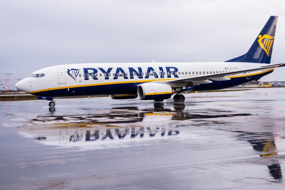 Eine Ryanair-Maschine spiegelt sich auf dem Flughafen Frankfurt (FRA) auf dem regennassen Rollfeld.