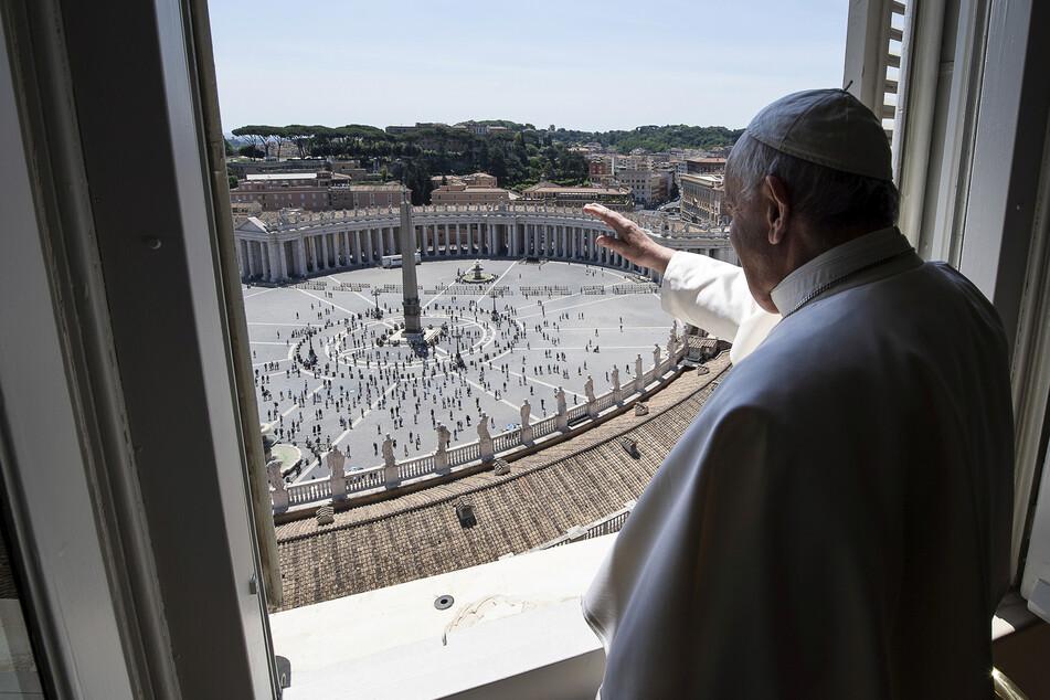 Papst Franziskus spricht einen Segen aus. Zum ersten Mal seit Monaten versammelten sich Gläubige auf dem Petersplatz zum traditionellen Sonntagssegen.