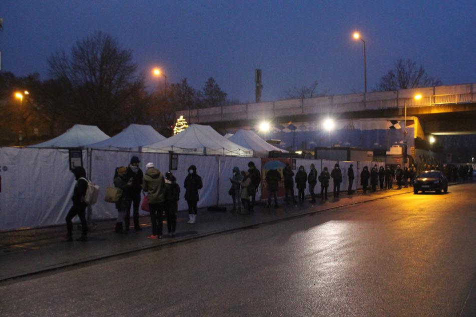 Vor dem Testzentrum in Regensburg standen schon vor dem Öffnen am Dienstag etliche Menschen an.