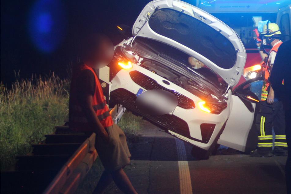 Kurioser Unfall: Gepimpter Hyundai landet längs auf Leitplanke