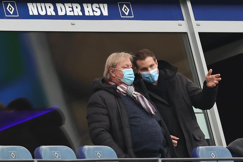 Marcell Jansen, zurückgetretener HSV-Präsident und HSV-Legende Horst Hrubesch (l), unterhalten sich auf der Tribüne.