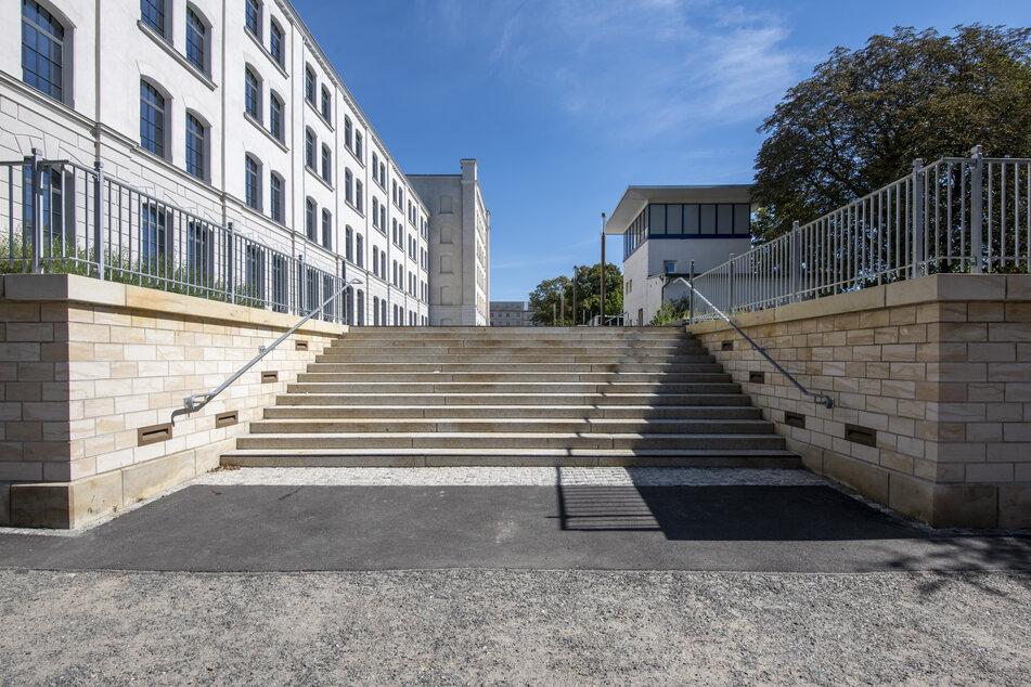 Die neue Treppe in der Karl-Liebknecht-Straße ist für Rollstuhlfahrer nicht passierbar.