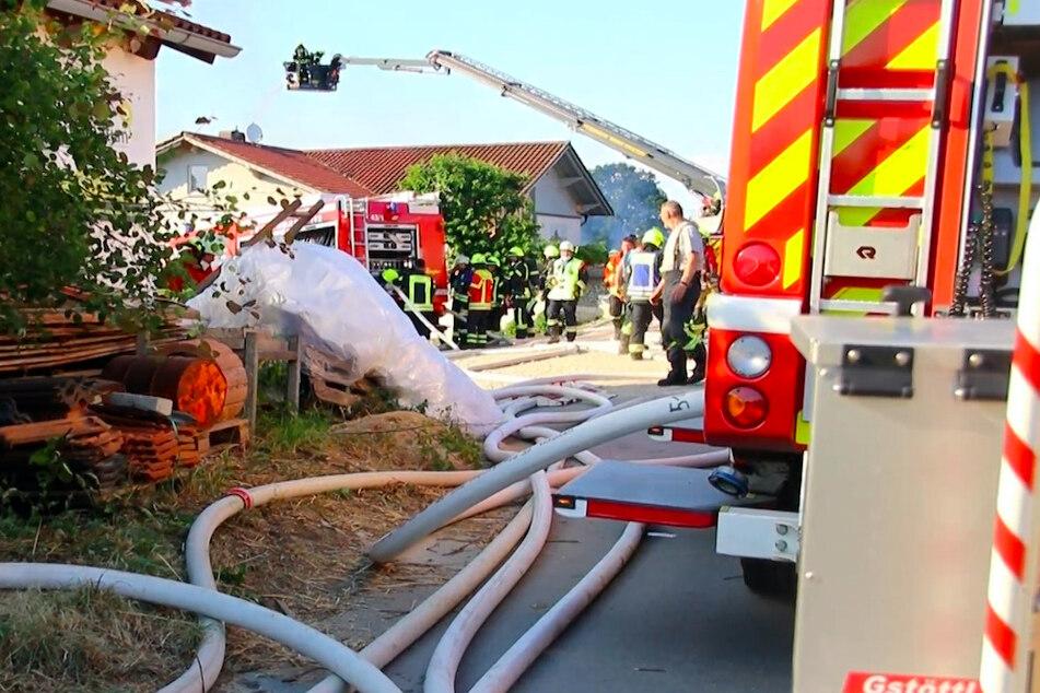 Einsatzkräfte der Feuerwehr beim Löschen des Holzplattenwerks in Johanniskirchen.