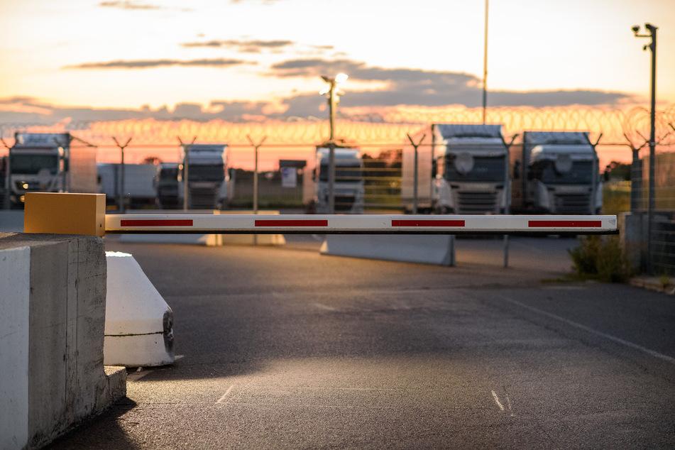 Rasthof Uhrsleben: Lastwagen stehen mit ihrer wertvollen Fracht auf einem Sicherheitsparkplatz.