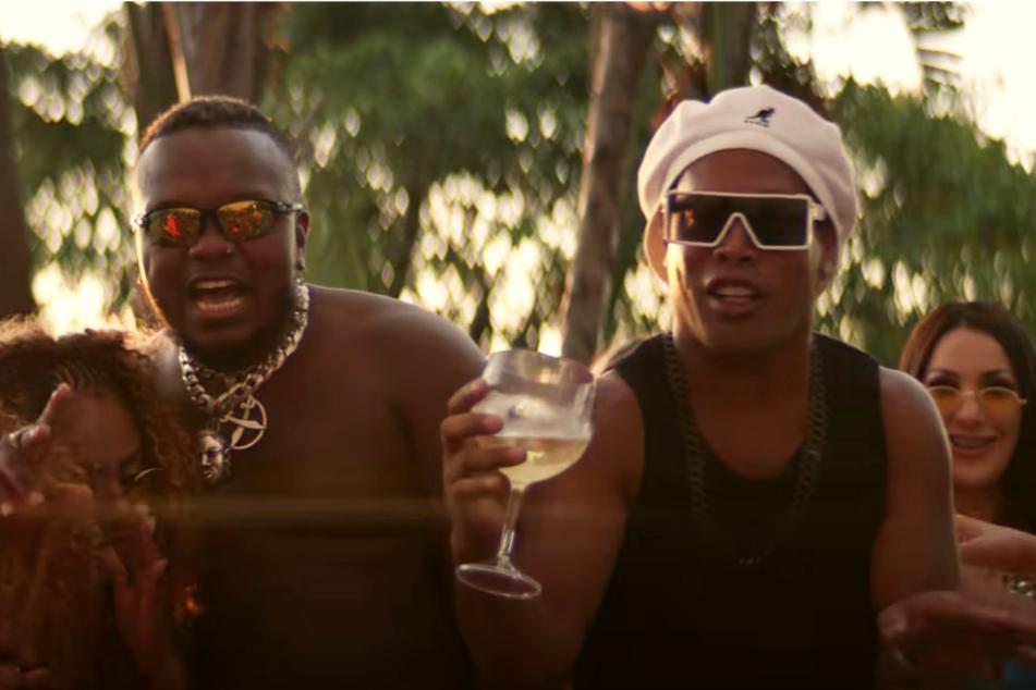 Ronaldinho stiehlt leicht bekleideten Frauen in Rap-Videos die Show und kündigt eigene Songs an!
