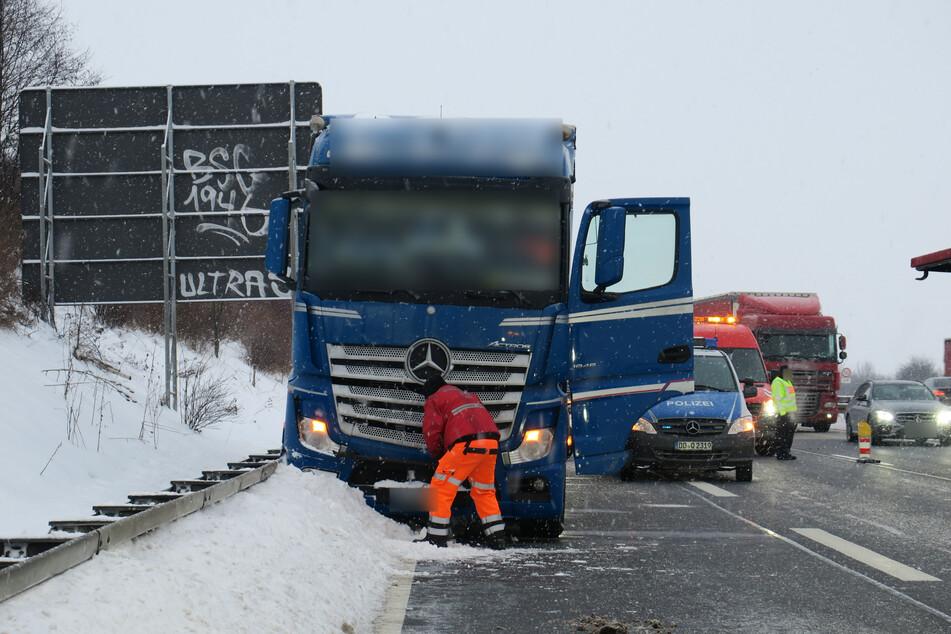Wegen gesundheitlicher Probleme kam ein Lkw-Fahrer am Mittwoch von der A72 ab und verstarb wenig später (Symbolbild).