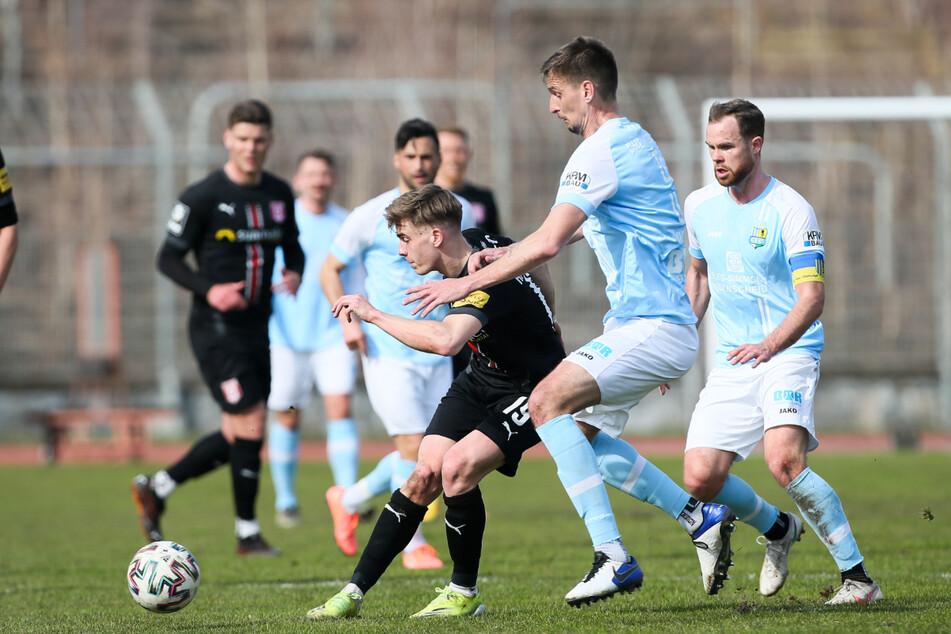 Der CFC konnte sich gegen den Drittligisten HFC am Ende durchsetzen - hier eine Spielszene Tobias Müller (r.) und Jovan Vidovic (M.) im Zweikampf mit Laurenz Dehl.