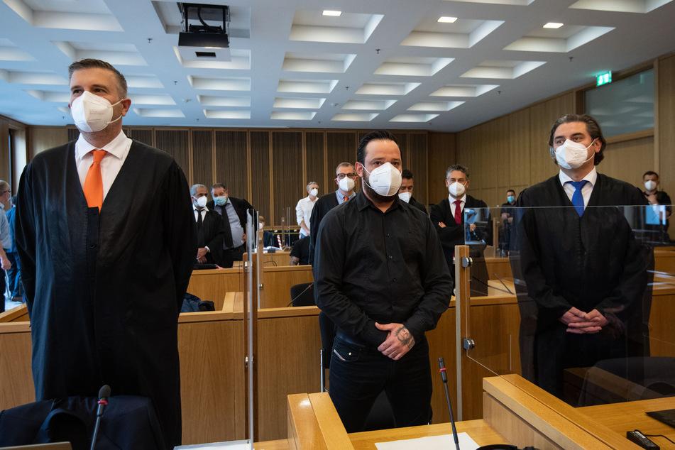 Der ehemalige Bundesliga-Profi Deniz Naki (31, M.) steht im Landgericht Aachen hinter der Anklagebank.
