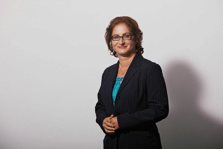 VZS-Finanzexpertin Andrea Heyer bietet mit ihrem Team kostenpflichtige Überprüfung von Sparverträgen an.