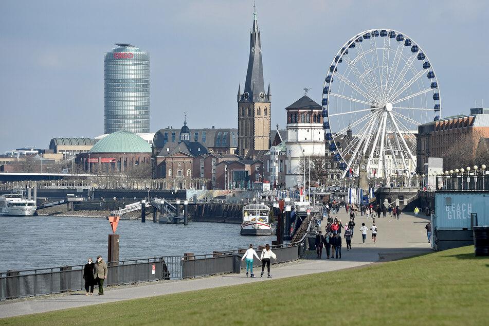 Das Rheinufer in Düsseldorf. Am Freitag hat das Düsseldorfer Gesundheitsamt einen Ausbruch mit der südafrikanischen Variante des Coronavirus auf einem Schausteller-Gelände bestätigt. (Symbolbild)