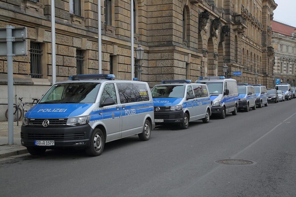 Dienstfahrzeuge vor der Polizeidirektion Dresden. Hier kam es am Freitagabend zu einer Explosion. (Archivbild)