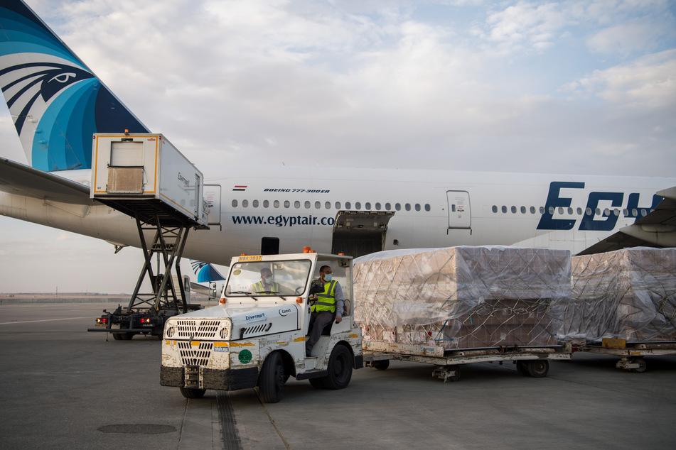Arbeiter verladen am internationalen Flughafen Kairo medizinische Hilfsgüter aus China. Die ägyptischen Behörden erhielten am 16.05.2020 die dritte Ladung medizinischer Hilfsgüter von der chinesischen Regierung, darunter eine Million medizinisch-chirurgische Gesichtsmasken. Nun dürfen auch wieder internationale Flüge hier landen.