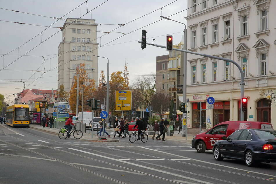 Junger Mann am Albertplatz beraubt: Täter schlug mit Bierflasche zu