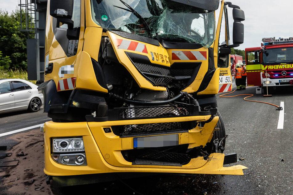 Der Unfall ereignete sich am Montagnachmittag auf der A5 nördlich von Frankfurt am Main bei der Anschlussstelle Friedberg.
