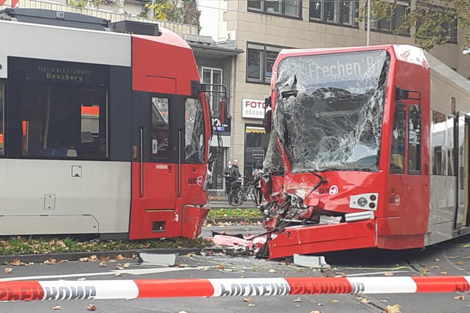 Durch den Unfall wurden beide Bahnfahrer schwer verletzt. An den Bahnen entstand hoher Sachschaden.