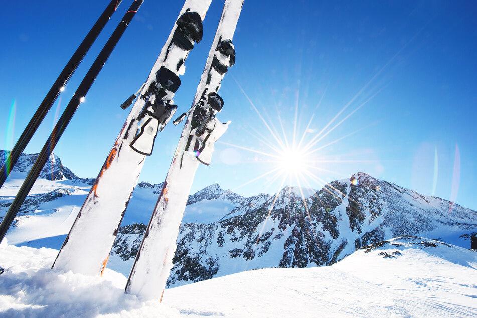 Die Skier werden in der kommenden Saison nur mit viel Abstand abgestellt werden. (Symbolbild)