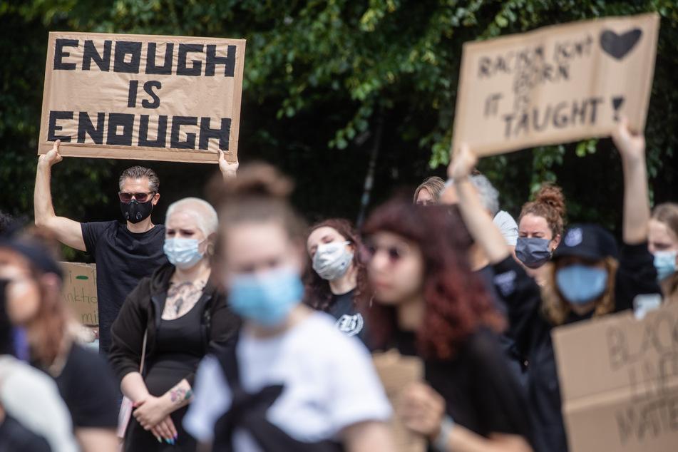 """Stuttgart: """"Enough Is Enough"""" steht auf dem Schild eines Mannes, der unter dem Motto """"Solidarität mit George Floyd"""" an einer Demonstration gegen Rassismus teilnimmt. (Archivbild)"""