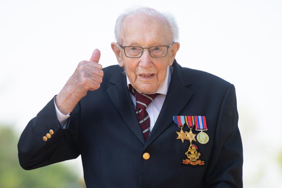 Der 99-jährige Kriegsveteran Tom Moore zeigt seinen Daumen nach oben, denn er hat allen Grund zur Freude.