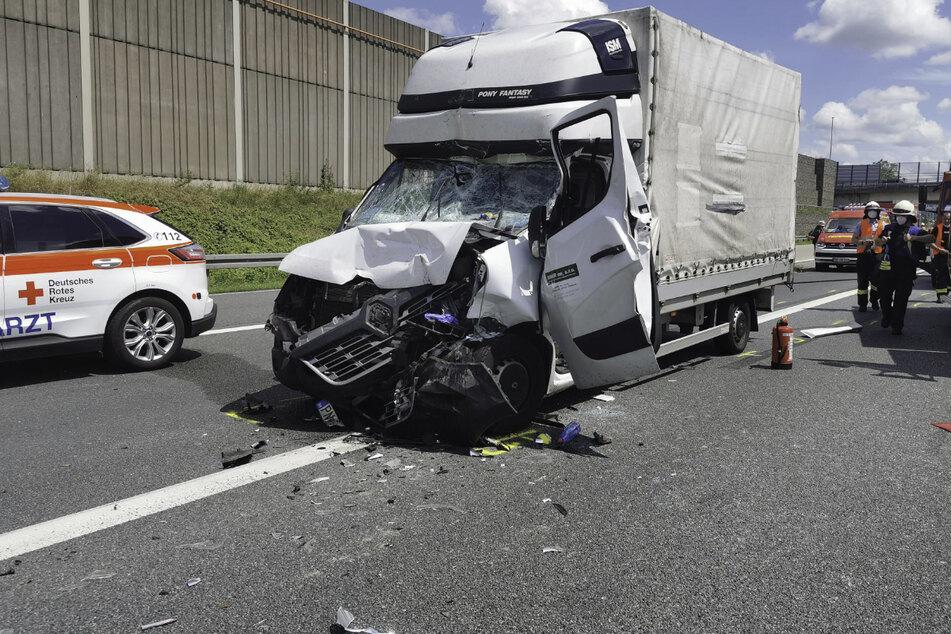 Der Fahrer des Kleintransporters wurde bei dem Unfall in seinem Führerhaus eingeklemmt.