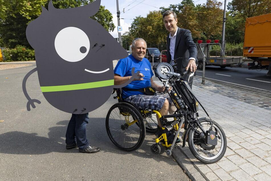 """Die Europäische Mobilitätswoche will auch die """"langsame Mobilität"""" fördern. Verkehrsbürgermeister Stephan Kühn (42, Grüne) und Gerd Schumacher (63) vom Verband der Körperbehinderten zeigen einen abgesenkten Bordstein."""