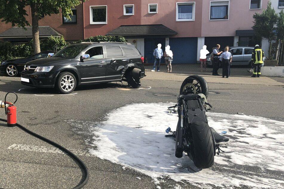 Bei dem Unfall zwischen einem Fiat und einer Harley Davidson gab es zwei Verletzte. Die Feuerwehr streute den Bereich um das Motorrad wegen austretender Flüssigkeiten ab.