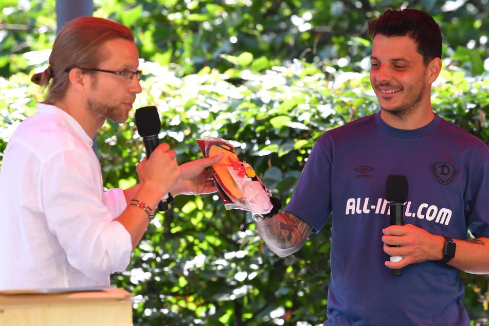 SZ-Sportchef Tino Meyer (l.) leitete die Talkrunde und überreichte Philipp Hosiner erst einmal ein Geschnek für Sohnemann Aaron - ein Lätzchen und Söckchen.
