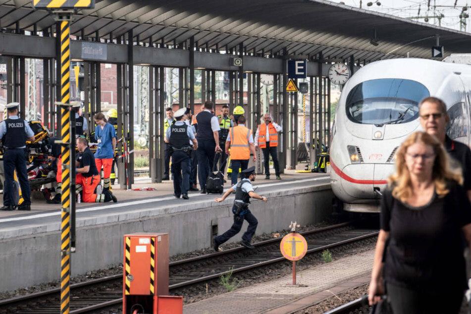 Polizisten stehen nach der Gleis-Attacke am Frankfurter Hauptbahnhof (Archivbild).