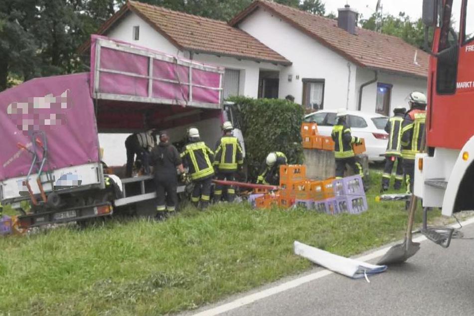 Der Lkw-Fahrer verlor die Kontrolle und kollidierte mit einer Mauer.